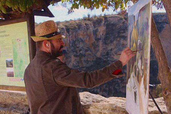 Paco Rojas realizando una de sus obras