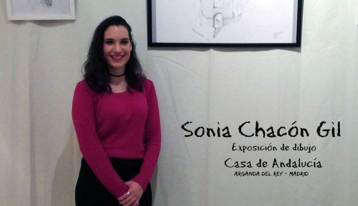 Sonia Chacón junto a sus obras