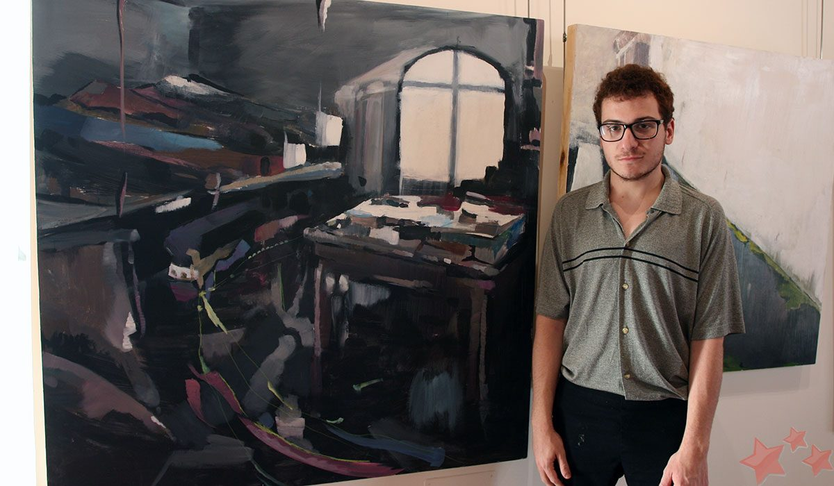 Manuel Janeiro junto a su obra ganadora