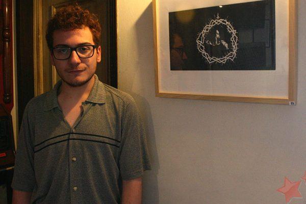 Manuel Janeiro junto a su obra
