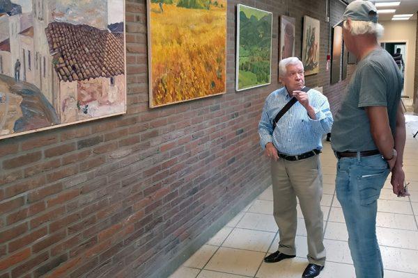 Agüera y Erwin comentando la exposición