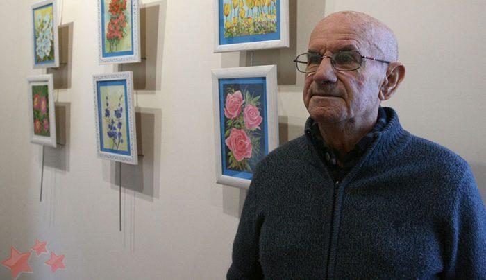Francisco D. Sevillano junto a sus obras