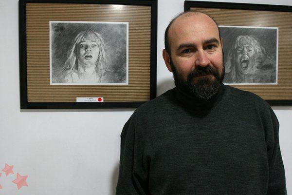 Paco Rojas junto a su obra en La Abacería