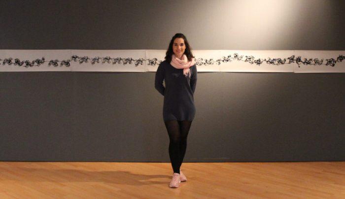 Sonia Chacón junto a su obra