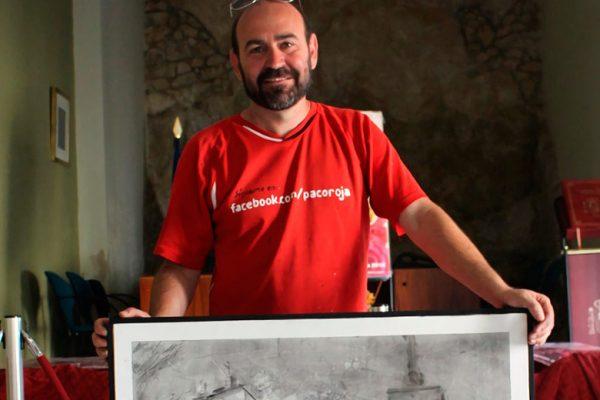 Paco Rojas junto a su obra