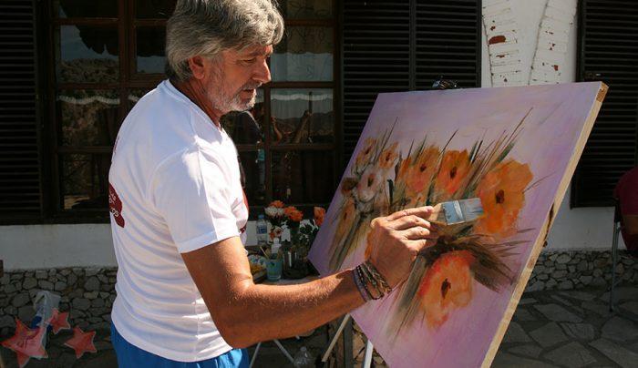 Rafael Guerrero realizando su obra