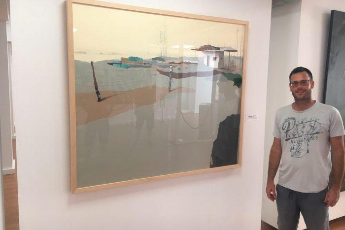 Eduardo Gómez Query junto a su obra (Foto: Rafael Gálvez)