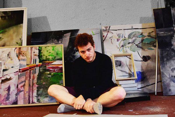 MAnuel Janeiro Menacho junto a sus obras