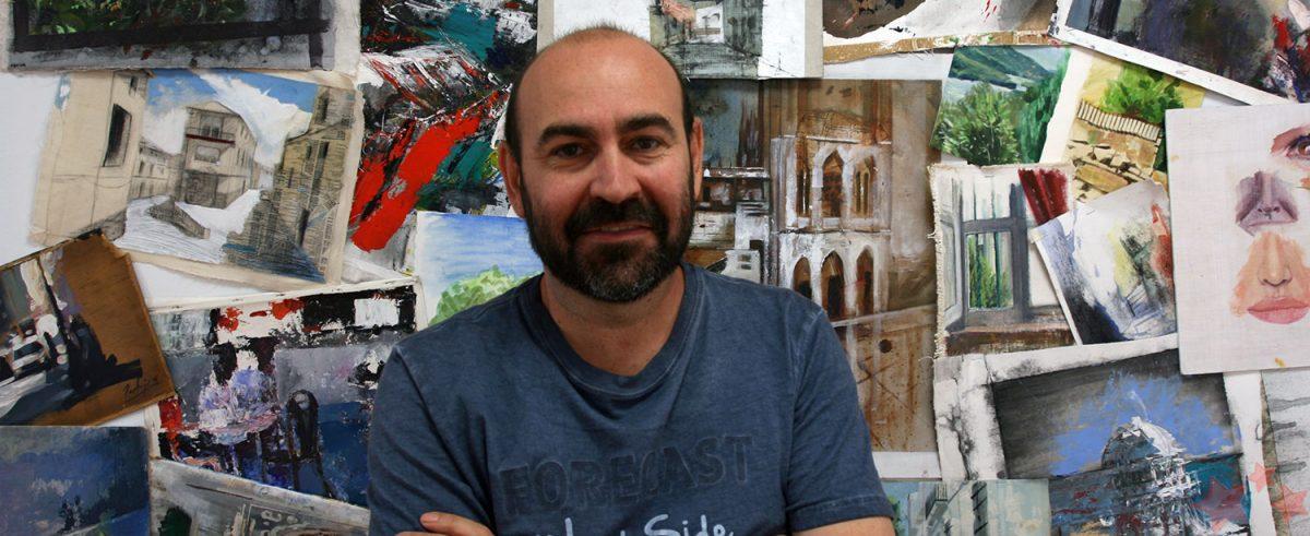Paco Rojas junto a sus obras