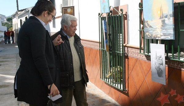 Estefanía Hernández y Agüera junto a la obra ganadora