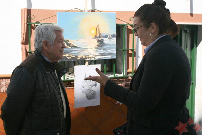 Agüera y Estefanía Hernández junto a la obra ganadora