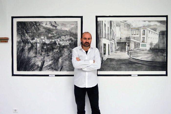 Paco Rojas junto a sus obras en Nerja