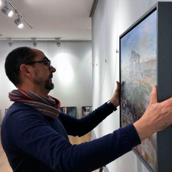 Manuel Benítez colocando su exposición 'El paso del tiempo'