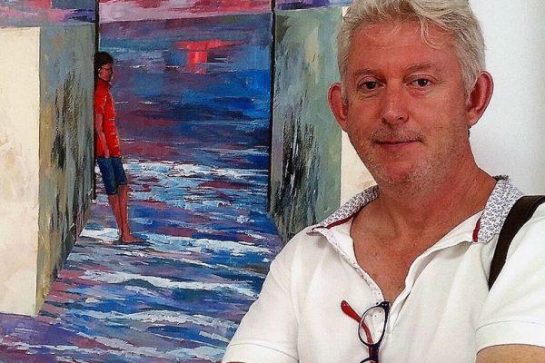 Casiano López junto a una de sus obras