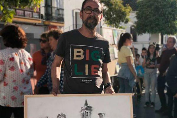 Manuel Benítez junto a la obra ganadora