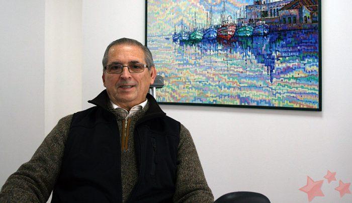 José Luis López Núñez junto a su obra