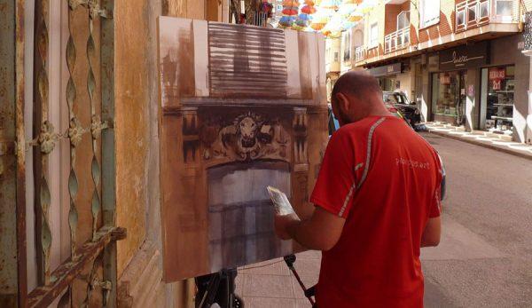 Paco Rojas elaborando su obra en Casas Ibáñez