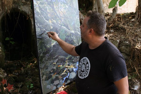 Abraham Pinto realizando su obra