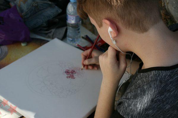 Abel Castilla realizando su obra en Benaocaz