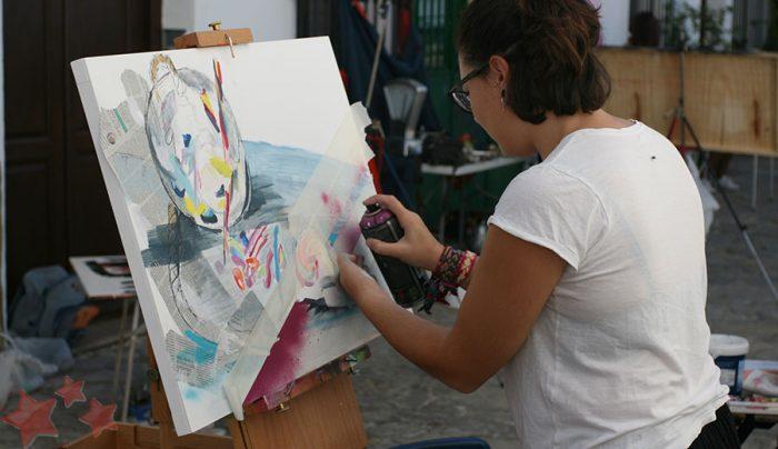 Ángela Gómez realizando su obra en Benaocaz