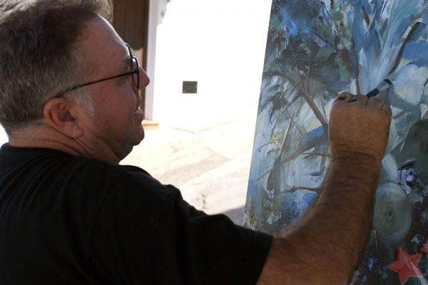 Juan Lucena realizando su obra en Benaocaz