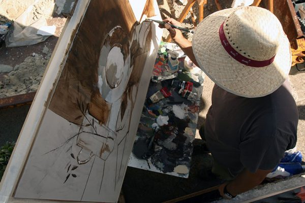 Rafael Domínguez realizando su obra en Benaocaz en 2018