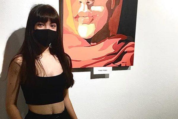 Natalia Aguilera García junto a su obra
