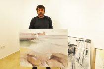 José L. Angulo junto a su obra en Torrevieja